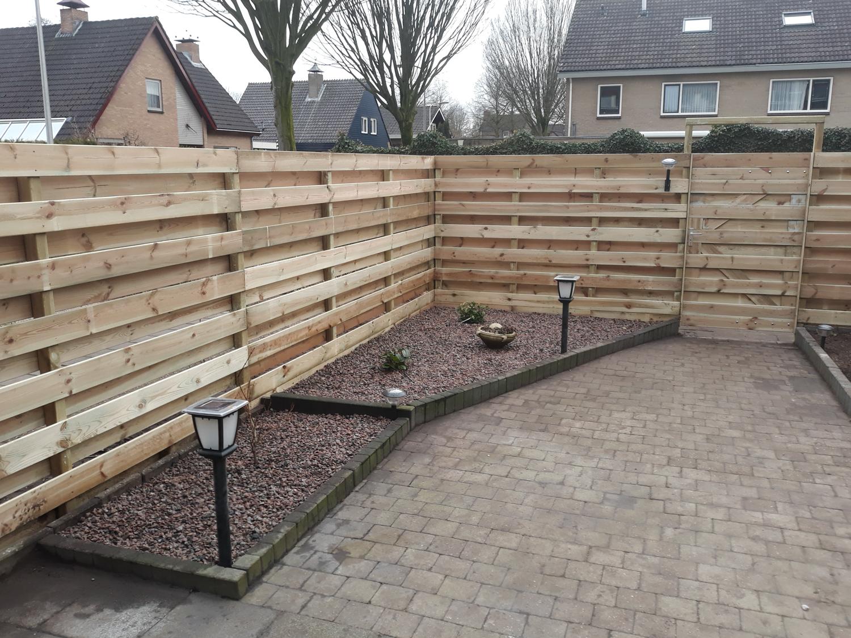 Gerenoveerde tuin met nieuwe op maat gemaakte schutting