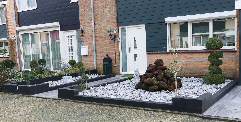 Moderne tuin met verschillende elementen