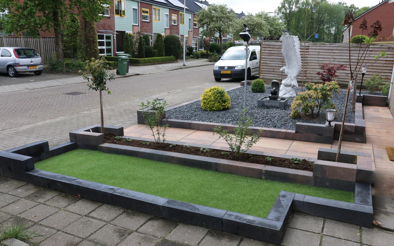 Onderhoudsvriendelijke tuin met kunstgras en waterelement